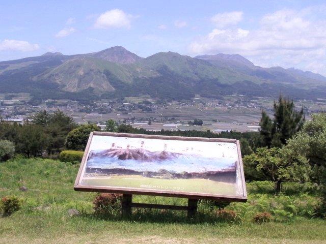 阿蘇外輪山の説明板がある