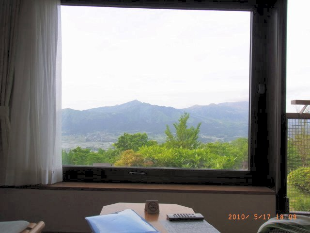 ホテルから阿蘇外輪山を望む